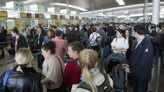 Llargues cues al Prat i caos pels controls de seguretat (EFE)