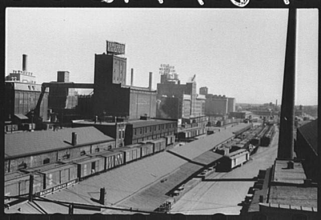 http://upload.wikimedia.org/wikipedia/commons/archive/4/4b/20070421080233%21Flour_mills-railroad_cars-Minneapolis-1939.jpg
