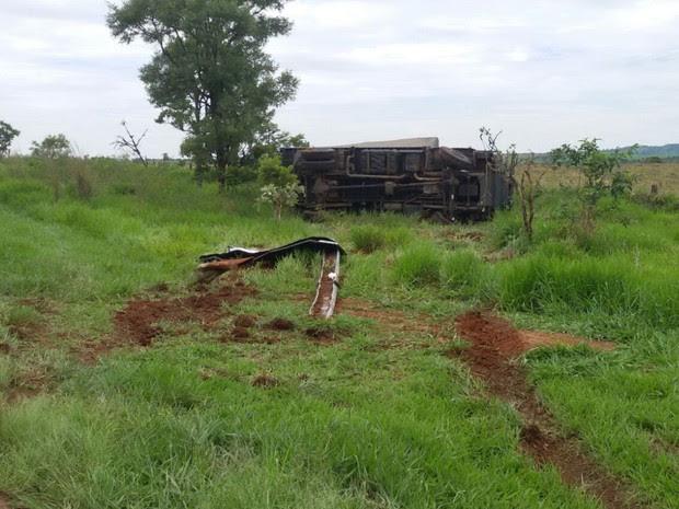 Caminhão tombou após tentar desviar de veículo que fazia ultrapassagem Goiás Catalão (Foto: Reprodução/PRF)