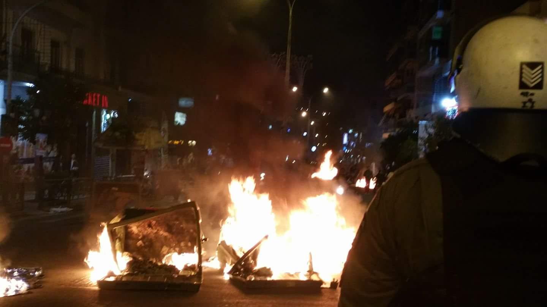 ΘΣΝ: Οργανωμένη καταδρομική επιθεση με μολωτοφ σε Αστυνομικούς στατικής φύλαξης