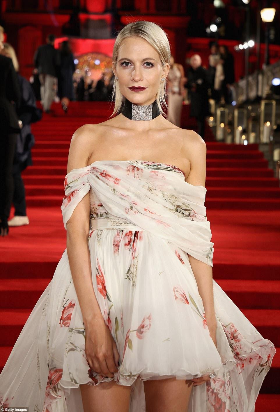 Mantendo-se nervoso: Poppy endureceu seu conjunto floral glamouroso com uma gargantilha espessa e embellished