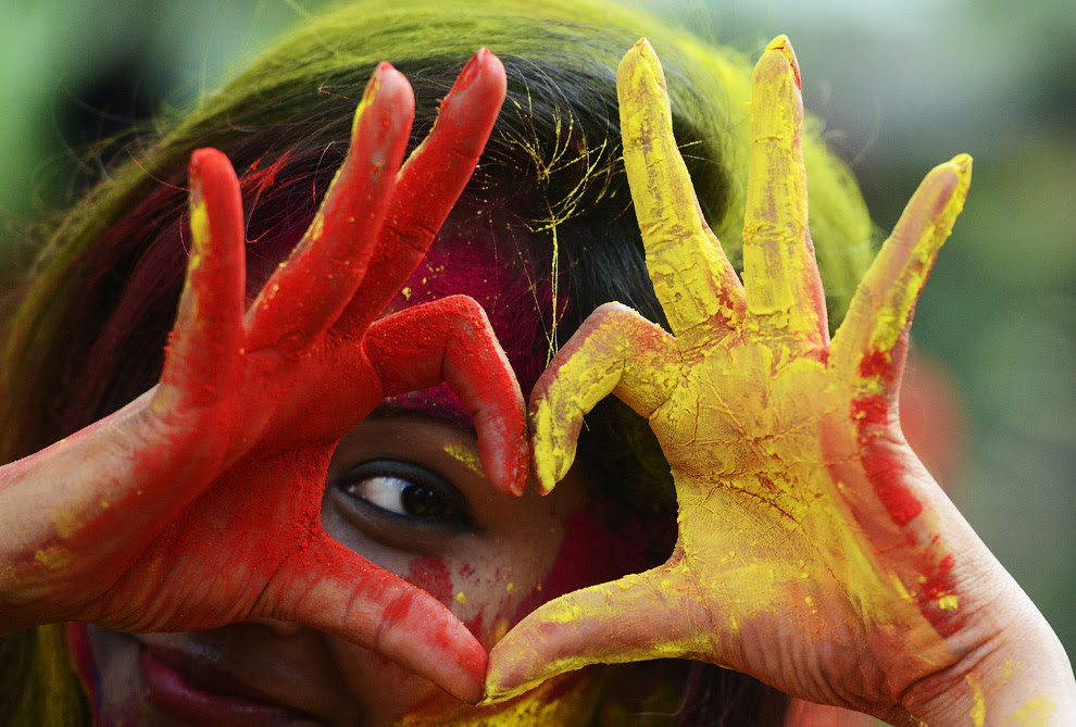 Индийские студенты празднуют Холи 2017 в Калькутте