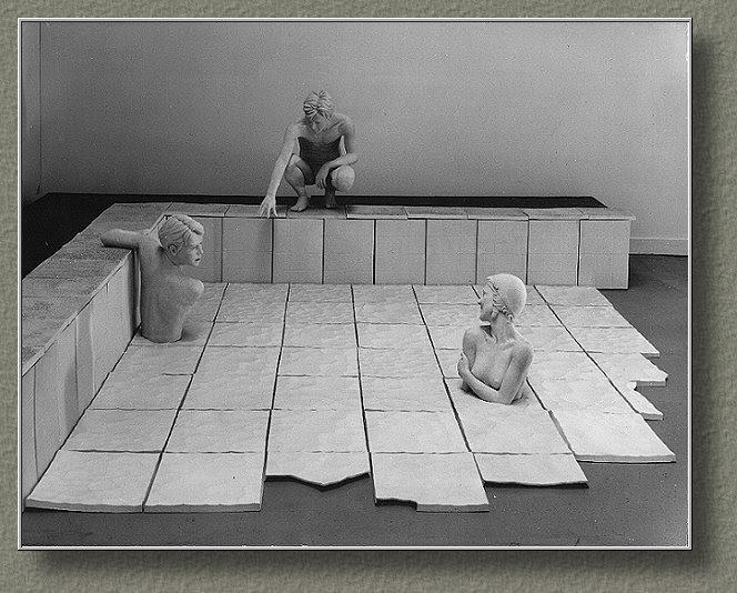 LA PISCINE (1983-1984) Terre blanche de grès et faïence biscuitée. Personages grandeur nature. bois, caillebotis.(400*400*120 cm).