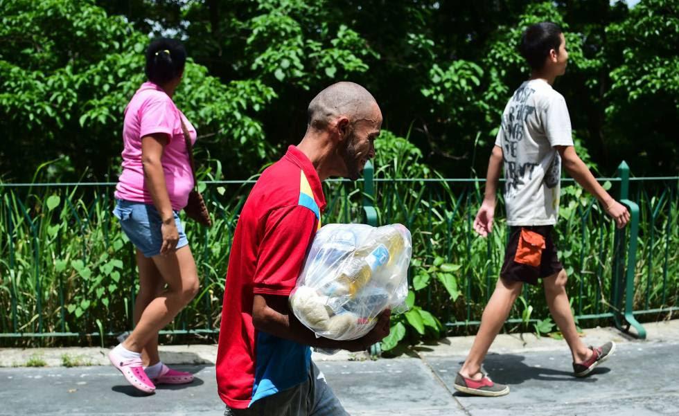 Venezolanos acuden por alimentos a un centro de distribución en Caracas.