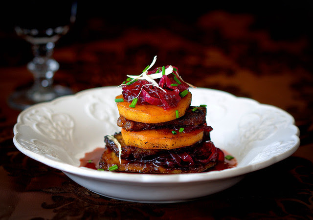 Roastbeef mit Portweinzwiebeln und Zimtäpfeln