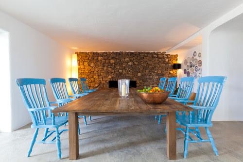 sala jantar rustica, pedras na parede, cadeiras azuis