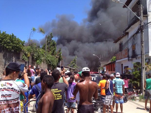 Incêndio na Comunidade do Plástico, na Zona Norte do Recife (Foto: Wagner Sarmento / TV Globo)