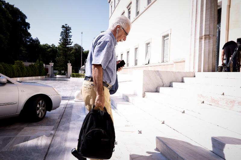 Ο υπουργός Παιδείας Κώστας Γαβρόγλου με casual look και back pack- φωτογραφία eurokinissi