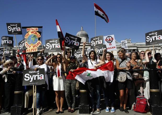 Manifestantes saem às ruas em Londres contra possível conflito na Síria (Foto: Olivia Harris/Reuters)