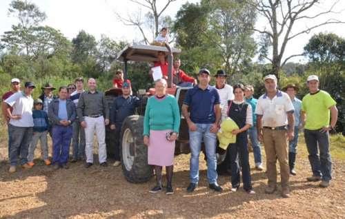 Pinhão - Associação de moradores do Assentamento Silvérios recebe trator