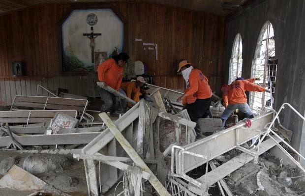 Filipinos buscam vítimas nos escombros de igreja neste sábado (8) (Foto: AFP)