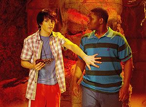 """crédito Divulgação legenda: Brady (Mitchel Musso) e Brady, Boomer (Doc Shaw), personagens da série """"Par de Reis""""."""