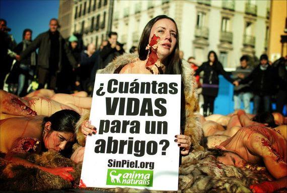 Impactante acción de AnimaNaturalis contra las pieles en Madrid