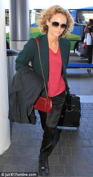 Jet setter: O cantor francês, atriz e modelo cobria uma T-shirt coral com uma cerceta blazer escuro e ela balançou calças de seda preta combinando com tênis Nike