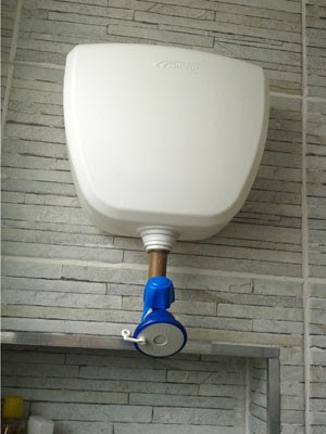 Família cria chuveiro independente de ligação hidráulica e elétrica para garantir banho