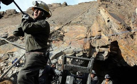 """http://www.biodiversidadla.org/Principal/Secciones/Documentos/Guerras_extractivistas_en_Bolivia Bolivia: Guerras extractivistas Eduardo Gudynas EXTRACTOS: …las llamadas """"cooperativas"""" mineras en realidad son más similares a empresas, y en buena parte..."""