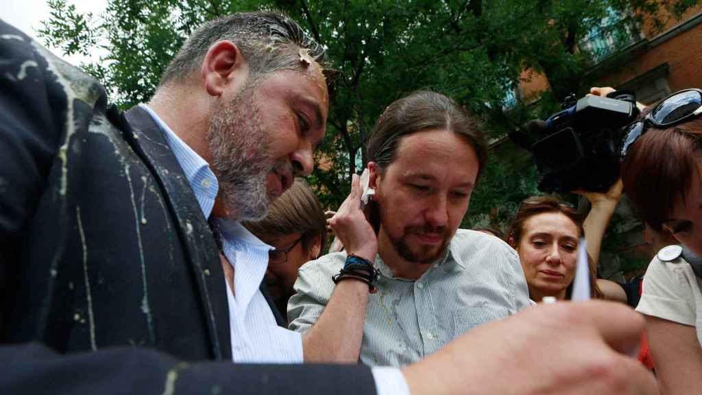 Pablo Iglesias junto al presidente de la Federación del Taxi, Julio Sanz, el martes en Madrid.