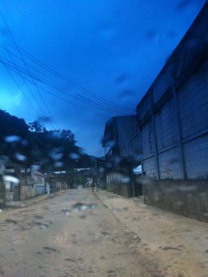 Céu escurece em Teresópolis com a chegada da chuva (Foto: Tássia Thum/G1)