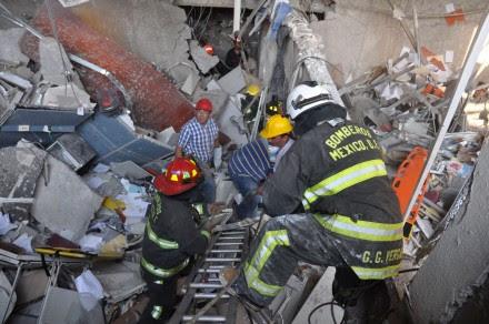 Explosión en la Torre de Pemex; 14 muertos y 80 heridos. Foto: AP / Guillermo Gutiérrez