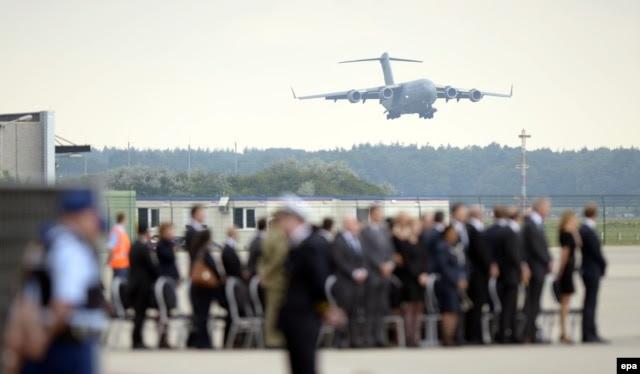 Траурная церемония в аэропорту Эйндховена
