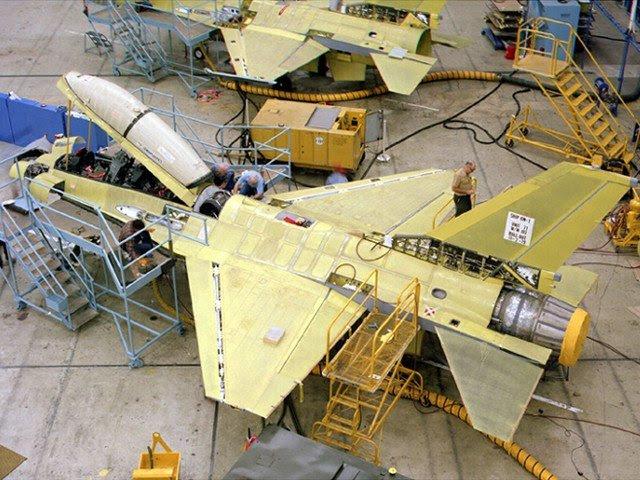 """Según Flightglobal, la Fuerza Aérea de Estados Unidos sigue adelante con un esfuerzo para extender la vida útil de 300 Lockheed Martin / D combatientes F-16C como una medida provisional hasta que el F-35 Lightning II es operativa en número suficiente. El servicio anunciado el 2 de octubre que finalizar el diseño de la aeronave dentro de 18 a 24 meses y quiere ofrecer a los licitantes la industria anticipados una """"primera mirada"""" en el alcance del trabajo necesario para extender la vida útil de la aeronave de 8.000 horas de vuelo a entre 10.000 y 12.000 horas de vuelo."""