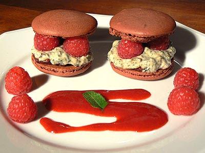 macarons au pistou de menthe et framboises.jpg