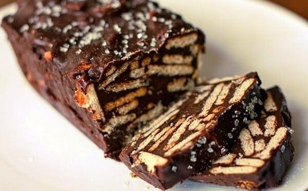 Bolo de chocolate com biscoito