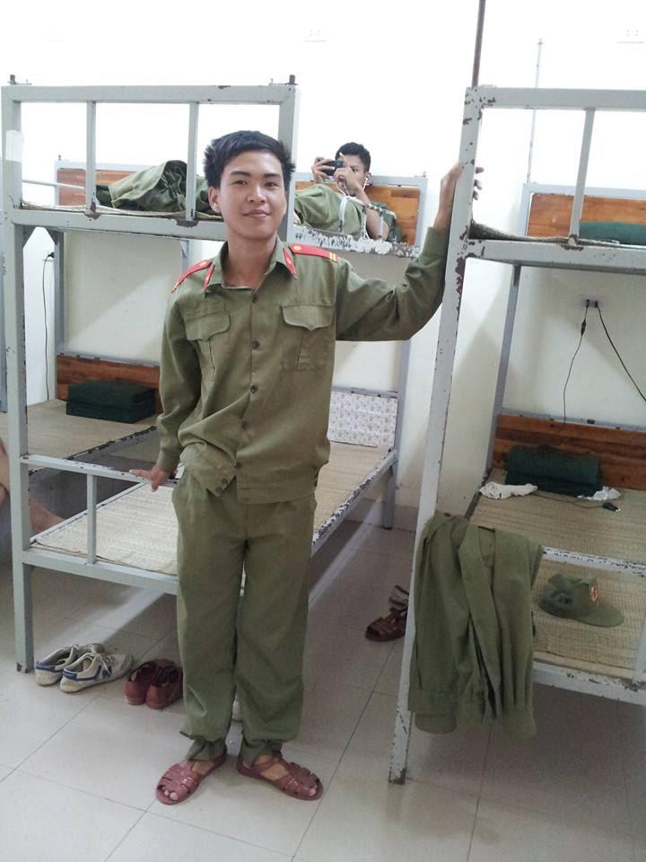Chụp cảnh ngày cuối cùng được mặc quân phục tại KTX — in Phủ Lý- Hà Nam.