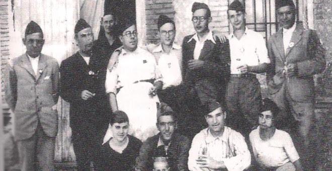 Grupo de detenidos en la Colonia y usados como enterradores.