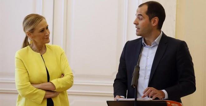 La presidenta de la Comunidad de Madrid, Cristina Cifuentes, junto al portavoz de Ciudadanos en la Asamblea de Madrid, Ignacio Aguado, tras firmar un acuerdo para cerrar los Presupuestos para 2017, que ascienden a 18.538 millones de euros. EFE/Paco Campos