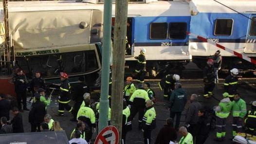 Accidente entre un colectivo y dos trenes en Flores. (Alfredo Martínez)