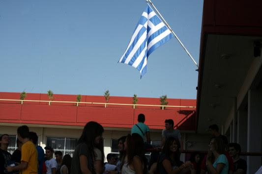 Τέλος και ο εθνικός ύμνος με την έπαρση της σημαίας στα σχολεία – Νέα κόντρα