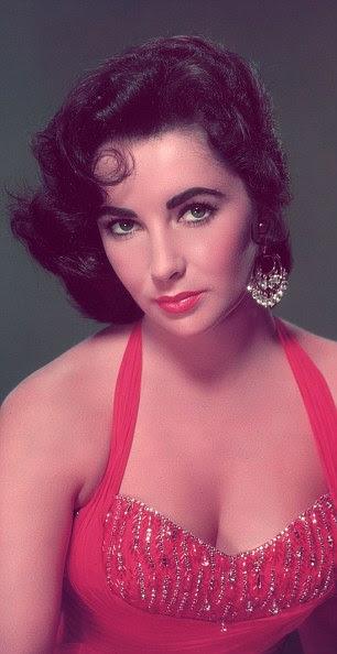 Damas de vermelho: Enquanto Marilyn acabou por retirar, Elizabeth mantinha suas roupas em