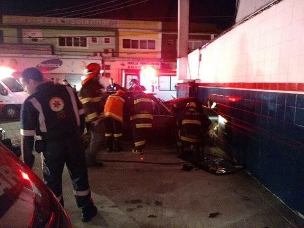 Motorista morreu no local e namorada ficou ferida (Foto: Divulgação/Polícia Militar)