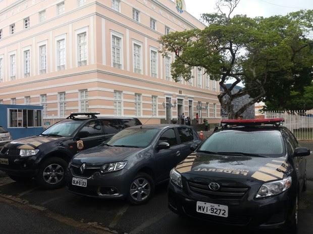 Duas viaturas da Polícia Federal estão na Assembleia Legislativa de Alagoas (Foto: Suely Melo/G1)