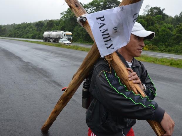 Alex da Rosa carrega cruz de dois metros por rodovia do RS para pedir milagre para filha doente (Foto: Rodrigo Martini/Jornal A Hora)
