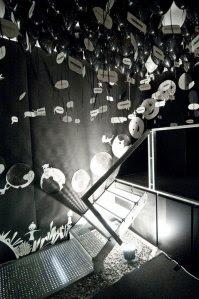 """Rauminstallation """"Welcome to my universe"""" von Andrea Liebe in der Galerie Dora Asemwald."""