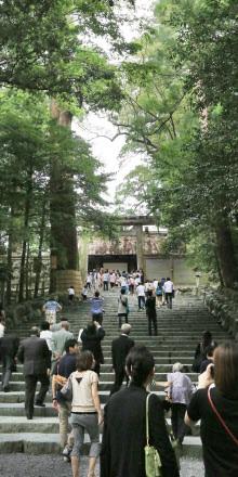 多くの参拝客でにぎわう伊勢神宮の内宮