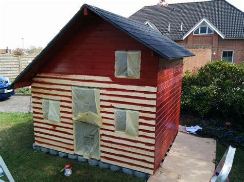 die vorderseite wird gestrichen spielhaus aus holz