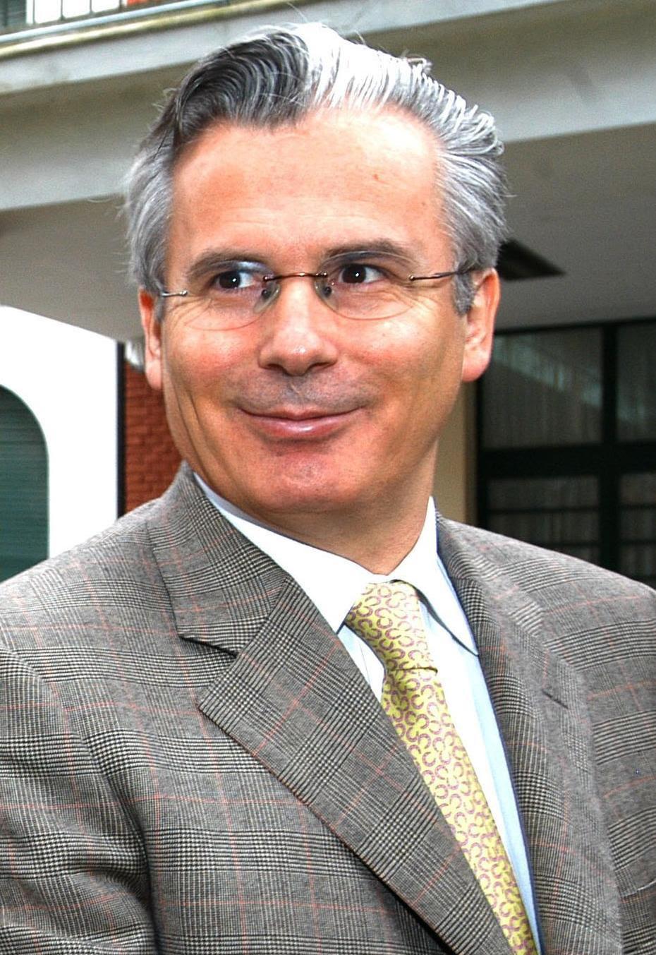 http://jungladecristal.files.wordpress.com/2009/11/baltasar_garzon_-_visitando_esma_-_argentina_-_1ago05_-presidenciagovar_recortada.jpg