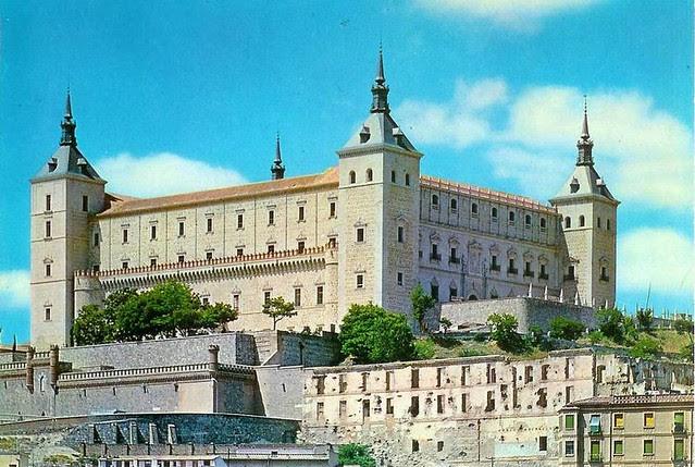 Alcázar restaurado y Fonda de la Caridad aún en ruinas hacia 1970