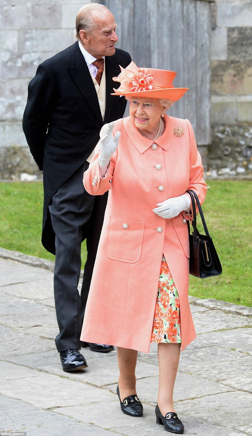 Th rainha, usando um vestido floral do pêssego e do casaco, ondas enquanto ela entra Romsey Abbey esta manhã acompanhada pelo duque de Edimburgo