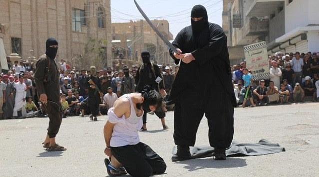 Τρομακτικός γιγαντόσωμος εκτελεστής του ISIS αποκεφαλίζει στη μέση του δρόμου
