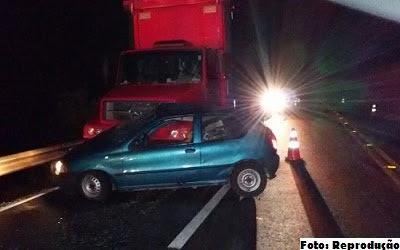 Pálio atravessou a pista e foi abalroado lateralmente pelo caminhão