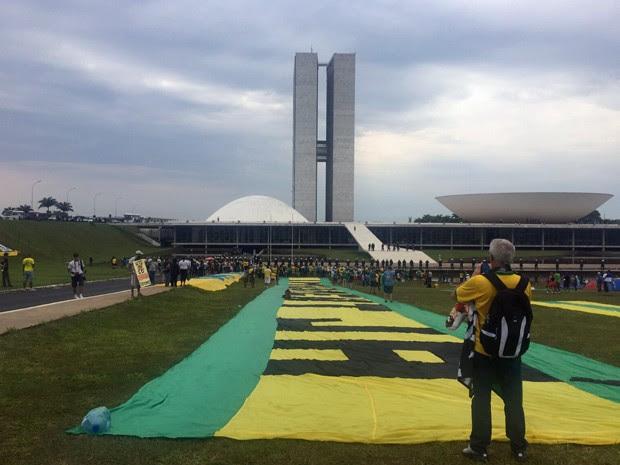 Manifestantes pedem o impeachment da presidente Dilma em frente ao Congresso Nacional (Foto: Jéssica Nascimento/G1)