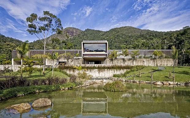 Com o cenário da serra de Petrópolis, esta incrível casa de Itaipava, no Rio de Janeiro, concorre a melhor casa de tamanho grade do mundo (Foto: Divulgação/Architizer A+ Awards)