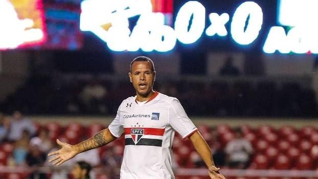 Luis Fabiano sofreu lesão na costela e teve de ser substituído