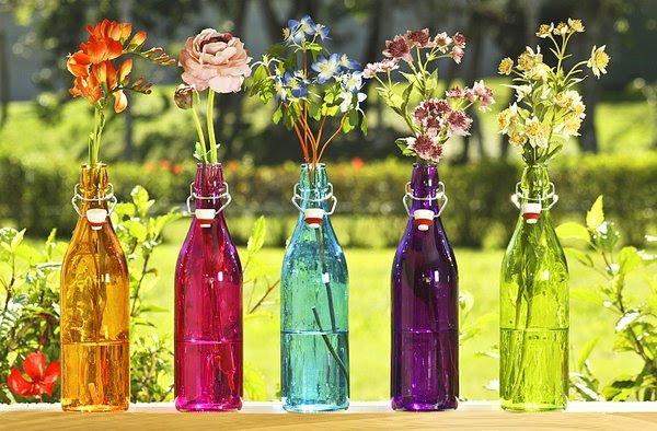 Arranjos de Flores para Mesa em garrafas coloridas