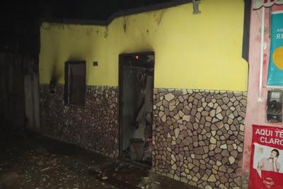 Área interna da casa foi destruída pelas chamas (Foto: Ubatã Notícias)