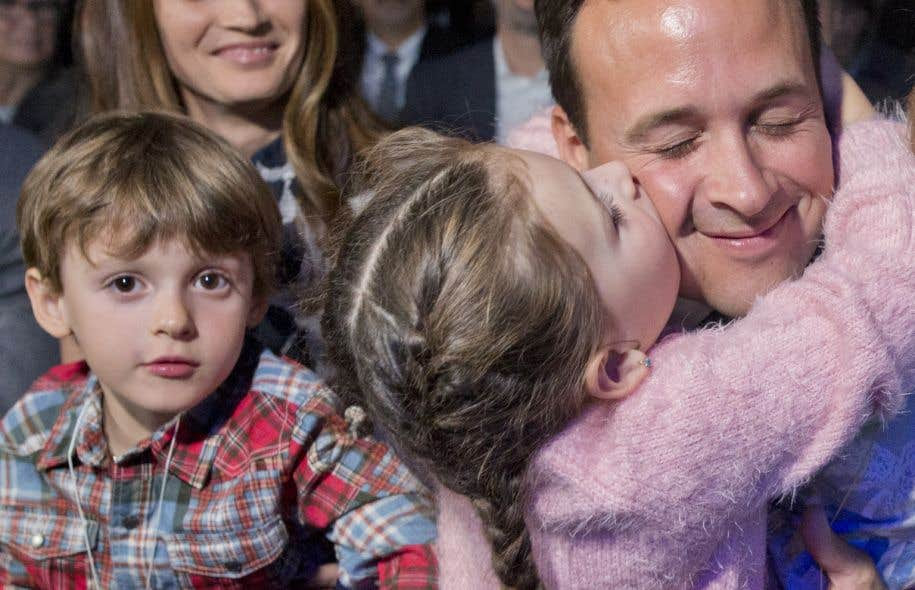 Alexandre Cloutier a récolté 31,7% des votes et terminé deuxième aux deux tours de scrutin. C'est entouré de sa famille qu'il a assisté à la soirée, à Lévis. Dans son discours, Jean-François Lisée a répété à M.Cloutier que son offre de le choisir comme ministre de l'Éducation tient toujours.